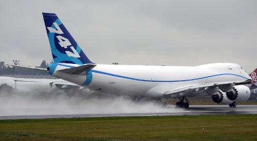 boeing_747-8_wet_landing_500